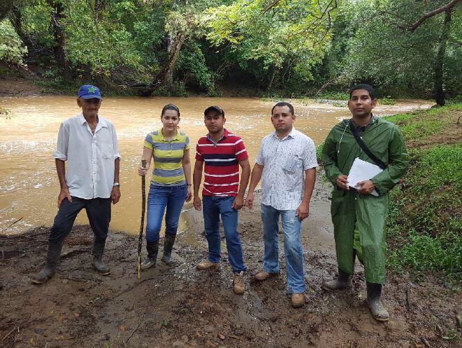 Figura 1. Equipo investigativo con guía de la comunidad a orillas del río Esquiguita.